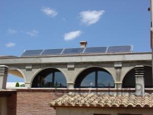 Aigua calenta i calefacció solar amb sòl radiant i caldera d'alt rendiment